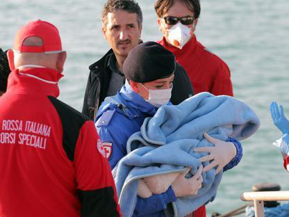Red Cross agents attend migrants arrived in Sicily last weekend. / Corriere della Sera