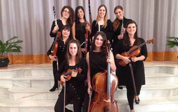Eight young women started the orchestra.,