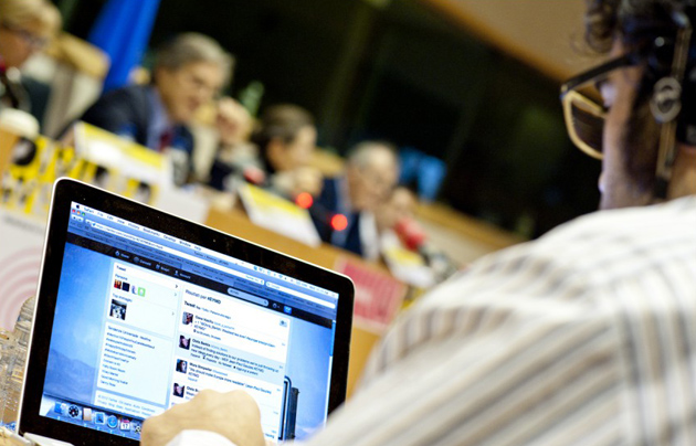 Journalist at a press conference. / European Parliament (CC),journalist, twitter, quality