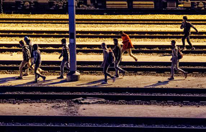 A group of migrants try to cross the tunnel by night. / Getty