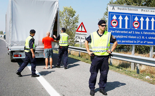 Police officers carry out controls in the Austria-Germany border. / EPA,austria, border, august, migrants, refugees
