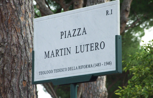 The new sign can be seen in the Park of Colle Oppio, in the centre of Rome. / S. Bogliolo,piazza martin lutero, luther, rome, square
