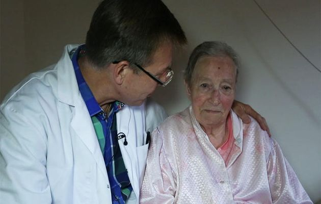 Dr. Van Hoey and his patient shortly before euthanasia in the special report filmed by the Australian TV SBS,