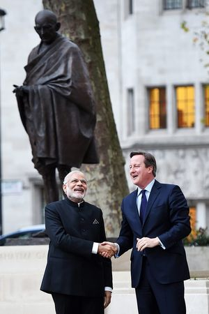 David Cameron and Narendra Modi in front of the Gandhi statue  / EPA