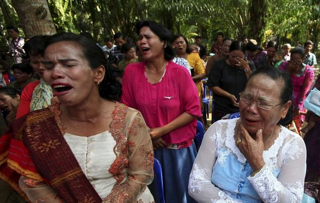 Indonesian Christian women cried after losing their church building. / Reuters,