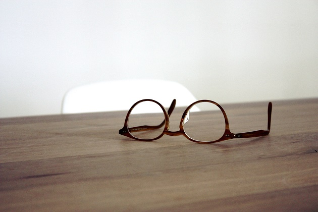 Meet 5 of the 65 people who have written at Evangelical Focus in this first year. / Photo: Dan Dimmock (Unsplash, CC),glasses, wood, writer