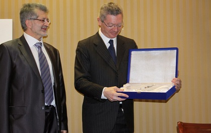 The Justice Minister of the Spanish government receives the Unamuno prize from Protestante Digital and Evangelical Focus director Pedro Tarquis (left), in 2014. / PD