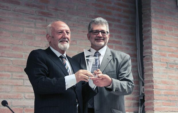 José María Calviño receives the Unamuno prize from Pedro Tarquis, director of Protestante Digital and Evangelical Focus. / Marina Acuña,calviño tarquis unamuno prize