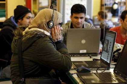 Refugees learning German. / Reuters