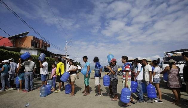 Queues of citizens waiting to get water in Pedernales (Ecuador). / El Universo,