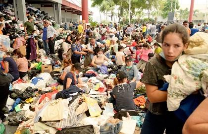 Volunteers preparing humanitarian aid in Ecuador, after the earthquake. / AP