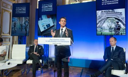 Manuel Valls and two ministers, during the press conference. / EPA