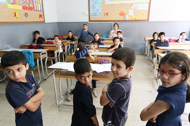 Syrian refugee students listen to their school teacher during math classes. / World Bank,refugees, Europe