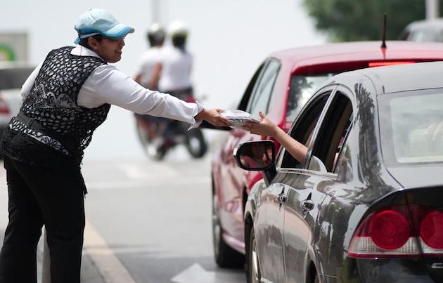 Una voluntaria entrega materiales evangelísticos. / OT,Operacion transito