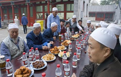 The daily fasting finishes at sunset, when they meet in families or in the mosques, to eat the iftar.