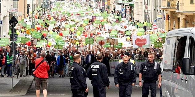 A view of the German March for Life in Berlin, 18th September 2016. / Idea,