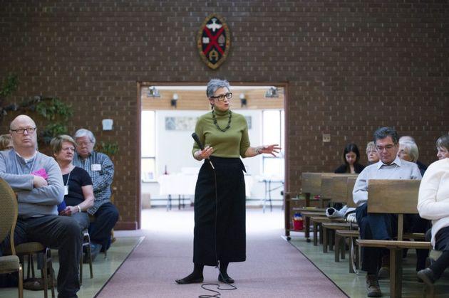 Gretta Vosper in a Sunday meeting / Toronto Star,
