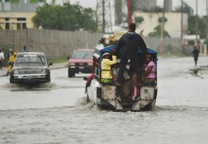 A car crosses a flooded street after Hurricane Matthew in Port-au-Prince. / AFP-Getty