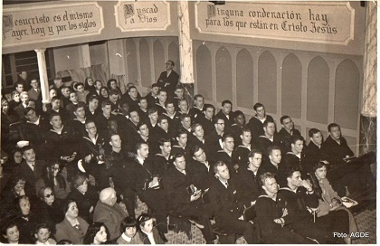 Sailors visit an unidientified church, in the 50s. / AGDE