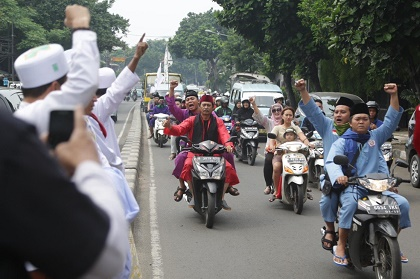 Protesters greet each other in Petamburan, Central Jakarta as they head out to join the large-scale rally. / Jakarta Post