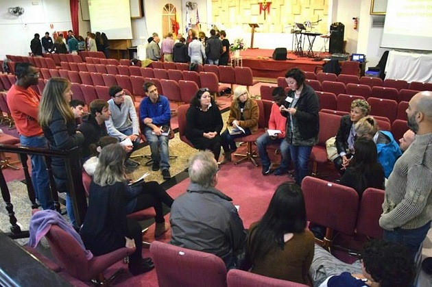 A group of believers prays for the persecuted church during a local event of IDOP 2016, in Spain. / Protestante Digital,idop, prayer, churches,