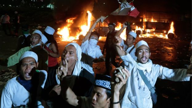 Radical Muslims protest in Jakarta agains the Christian governor, November 2016. / BBC