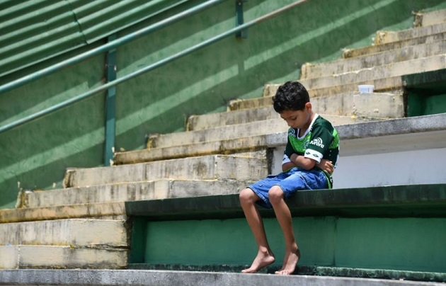 A young Chapecoense supporter, in Brazil, a day after the plane crash. / AP,chapecoense, child, niño