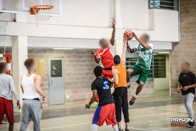 One of the basketball games happening at Quatre Camins. / Joan Marc Cots,