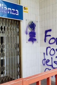 The poster of the church with the schedules of the meetings was also damaged./  Iglesia Alianza
