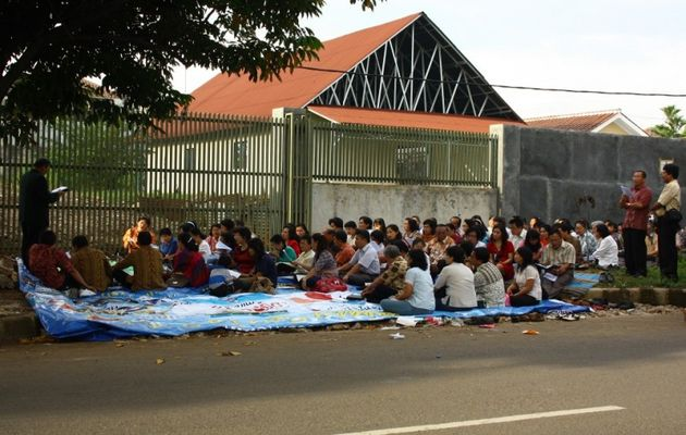 Christians protest against one of the several closures of the Yasmin Church in Bogor. / Asia news,