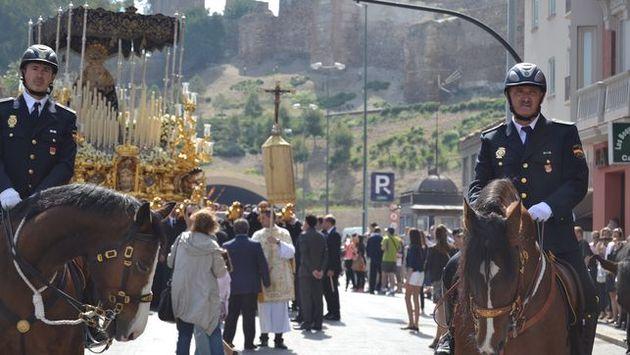Spanish policemen participating in a Roman Catholic procession. / El Diario,