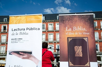 Reading the Bible in the Plaza del Sol, Madrid. / SBE
