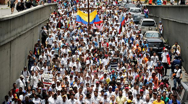 Thousands of protesters marched on Caracas' main highway against Maduro. / Reuters,