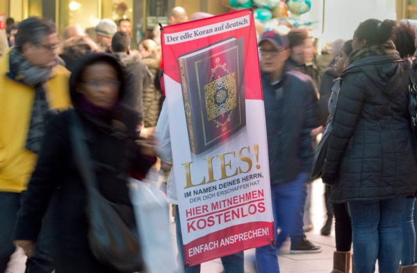 The Read! campaign gives away copies of the Quran to passers-by. / 20 Minuten,