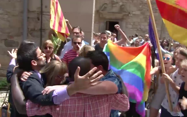 A group of parishioners prayed together in front of the activists. / TV3,