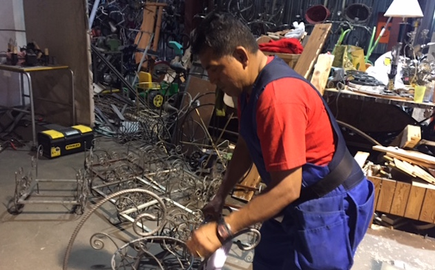 Héctor Peñafiel in his welding studio in Trento. / Verónica Rossato,