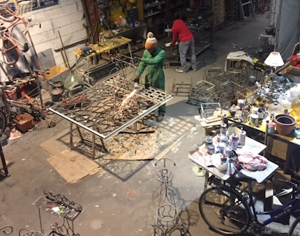 Héctor teaches welding to a group of African asylum seekers. / V. Rossato