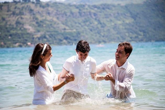 René Breuel (left), during a baptism. / R. Breuel,