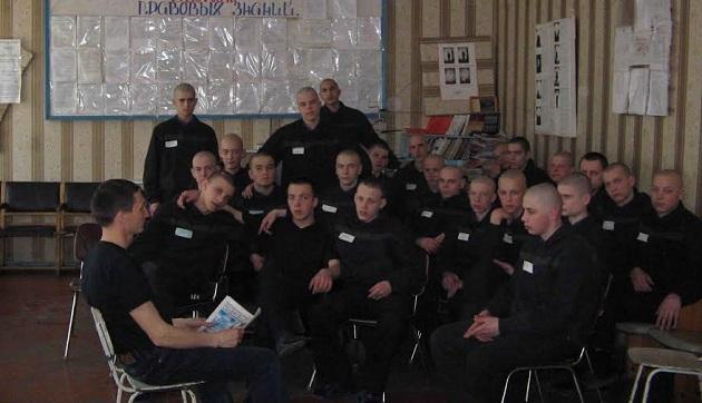 Inmates in a Belarusian detention centre regularly receive copies of the Kolokol newspaper. / Kolokol,