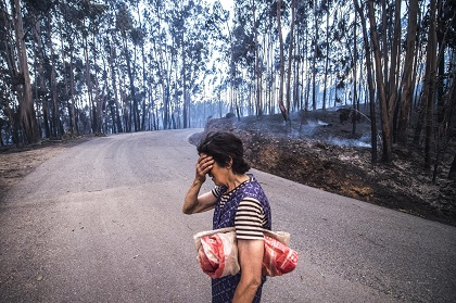 A woman in one of the sites of the fires. / Publico