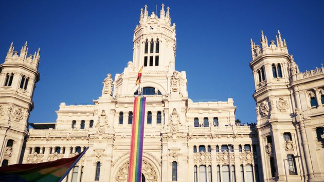 The gay flag presides over the Madrid Town Hall building. /  FELGTB,