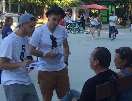 Sharing the gospel with passersby in Madrid. / #el15j