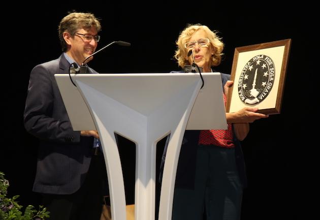 Evangelical representative Mariano Blázquez gave a gift to Manuela Carmena. / MGala,carmena