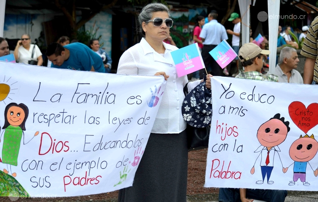 A protester with a poster defing the family / Luis Madrigal, El Mundo CR,