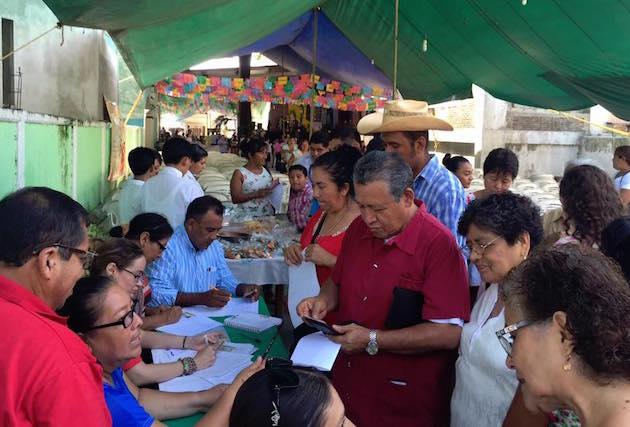Collecting signatures  in Guadalajara. / Fb Consulta Popular por la Vida,
