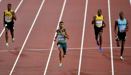 The moment the South African athlete crosses the line to win the 400m race. / AP