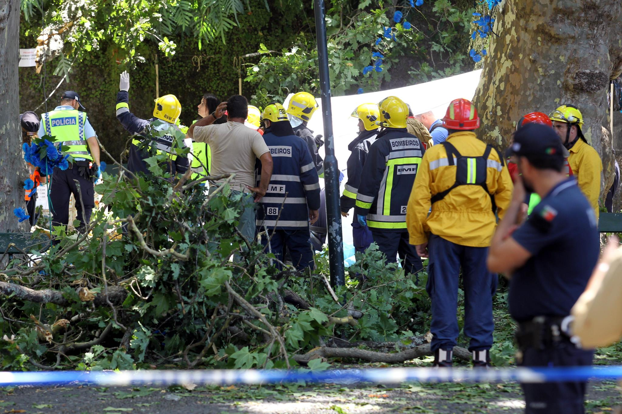 Police and firemen in the location where thirteen people died. / Publico,