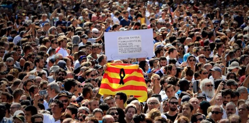 Hundreds took the streets in Barcelona on Friday after the terrorist attack. / EP,