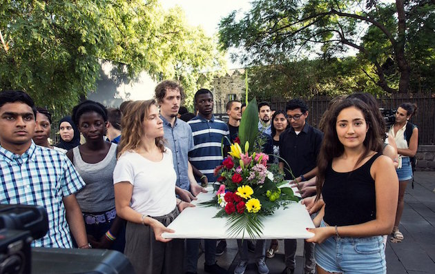 The young people were in charge of making the floral tribute, composed of 15 flowers, one for each mortal victim of the attack.  / Aj. Barcelona,