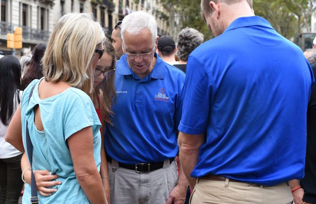 A group of chaplains prayinh with people in La Rambla. / Billy Graham Evangelistic Association,